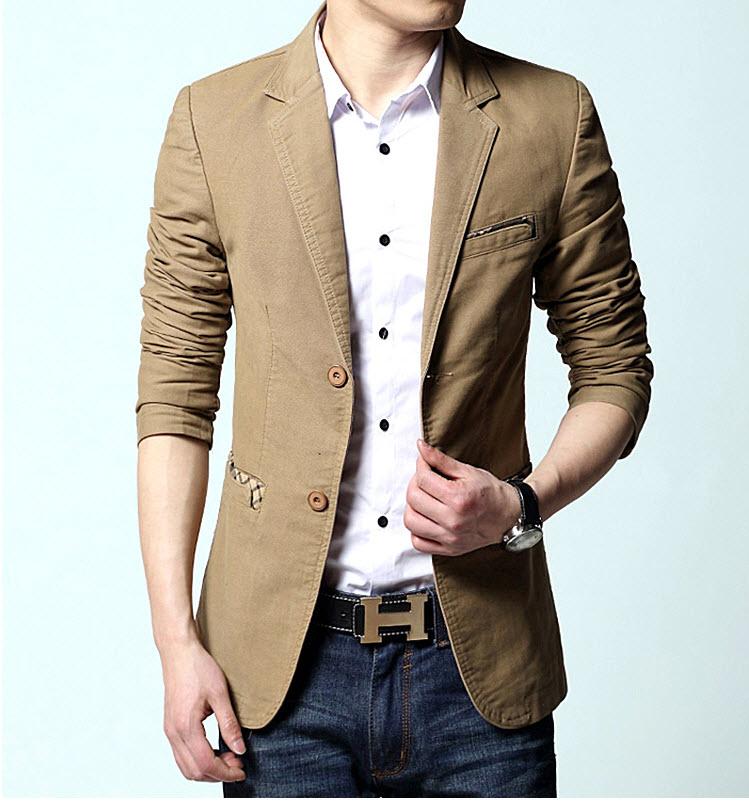 เสื้อสูทผู้ชาย สูทลำลอง สีกากี คอปก แต่งกระเป๋าเสื้อ ออกแบบเท่ห์ แต่งกระเป๋าหน้าอกแต่งหลอก กระเป๋าข้างใช้งานได้ มีซับใน กระดุม 2 เม็ด ใส่ทำงาน สูทออกงาน หรือใส่เป็นสูทลำลองได้