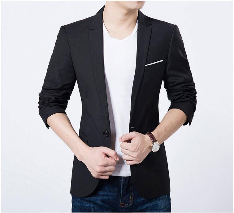 เสื้อสูทผู้ชาย สีดำ แขนยาว กระดุมหน้าหนึ่งเม็ด แต่งกระเป๋าอกสีขาว เสื้อเข้ารูป ใส่ทำงาน ใส่ออกงาน ใส่เป็นสูทลำลอง แต่งกระเป๋าหลอก มีซับใน ชายเสื้อด้านหลังผ่ากลาง