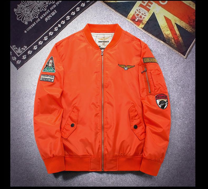แจ็คเก็ตผู้ชาย เสื้อกันหนาว สีดำ ซิปหน้า แขนจั๊ม เอวจั๊ม สไตล์เสื้อนักบิน แต่งซิปที่แขน เท่ห์มากๆ กระเป๋าข้างใช้งานได้ ซับในสีส้ม บุนวมใส่กันหนาวได้ ใส่ไปต่างประเทศได้ ใส่แล้วอุ่นมากๆ