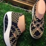 รองเท้าเพื่อสุขภาพใส่สบายยืดหยุ่นกระชับเท้าเสริมส้นด้านหน้าเล่นลวดลายสายไขว้