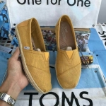 รองเท้า Toms ผู้ชาย สีเหลืองล้วน เนื้อผ้าหนางานคุณภาพแต่เชือกปอพันรอบส้นรองเท้าสวยมาก