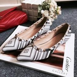รองเท้าคัทชูหนังนิ่มแต่งลายเก๋ ๆ ประดับหมุดเงินด้านข้าง