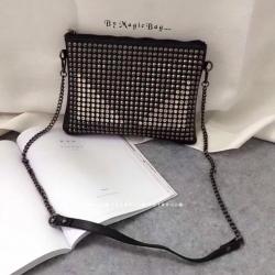 กระเป๋าหนัง ทรงสวย แต่งหมุดแน่นด้านหน้า คล้ายรูปตา ดูเท่ห์